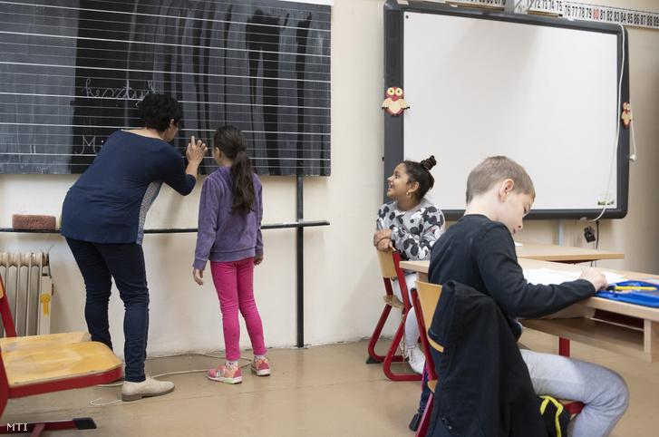 Diákok a felzárkóztató órán a Nyíregyházi Arany János Gimnázium Általános Iskola és Kollégium tantermében 2020. június 2-án