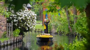Tíz éve hordja a leveleket ez a vízipostás egy németországi mesevilágban