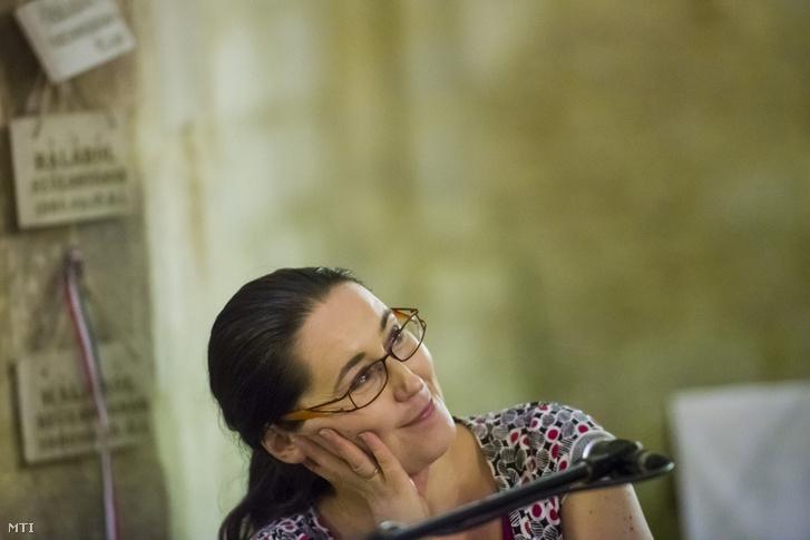 Szabó T. Anna költő A nő és a férfi című verskoncerten a 37. Kaláka fesztiválon a bélapátfalvai ciszterci apátság templomában 2016. június 23-án