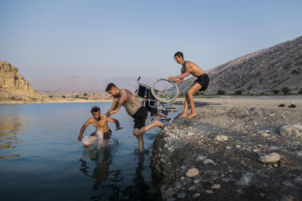 Szaid a barátaival tölti idejét a Kosar-gát tónál, Iránban. Fereshteh Eslahi Gondolatok a repülésről című fotósorozata harmadik lett a sport kategóriában. Szaid Ramin profi parkouros volt, azonban egy verseny során nyakcsigolya sérülést szenvedett. Mivel csak pislogását tudta irányítani, orvosai úgy vélték, hogy tolószékben sem tud majd ülni. Szaid azonban elszánt volt és családja segítségével házuk udvarán épített rehabilitációs eszközökkel dolgozott, míg visszanyerte kezei mozgatásának képességét.