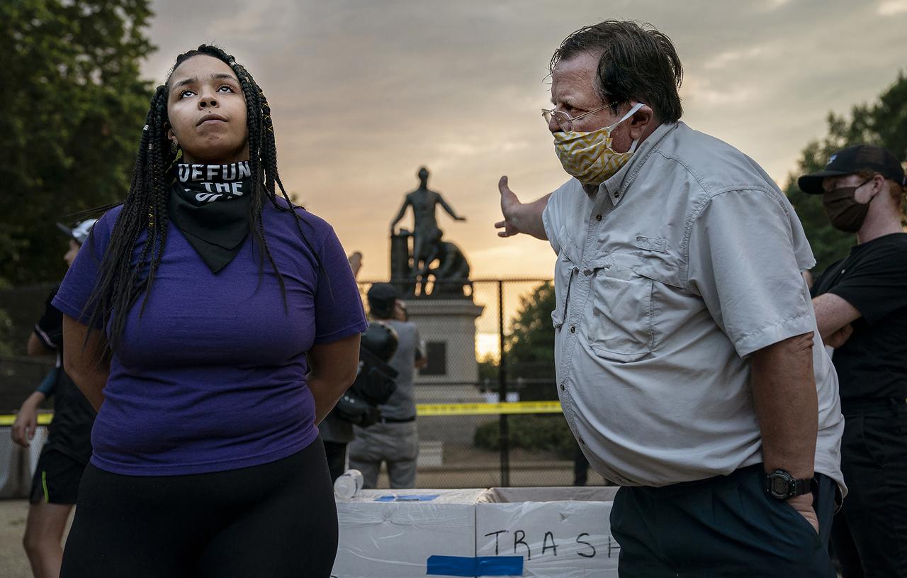 Jelölték az Év Sajtófotója díjra, emellett pedig az azonnali hírek (egyedi) kategória első díját Evelyn Hockstein kapta, az Emancipációs emlékmű vita című képével, amelyen egy férfi és egy nő vitatkozik 2020 júniusában Washingtonban egy Lincolnd-szobor eltávolításáért rendezett tüntetésen.
