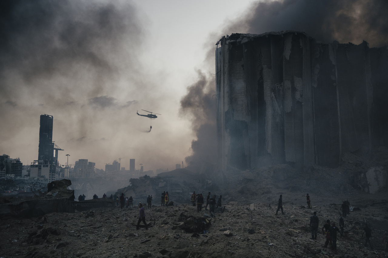 Az azonnali hírek (sorozat) kategóriát Lorenzo Tugnoli nyerte a bejrúti kikötőben bekövetkezett robbanásról készült fotóival. 2020 augusztus 4-én 2750 tonna ammónium-nitrát robbant fel egy tűzben. A balesetben 190 ember veszítette életét, mintegy 6000 épület megsemmisült és 300 ezer ember veszítette el otthonát.
