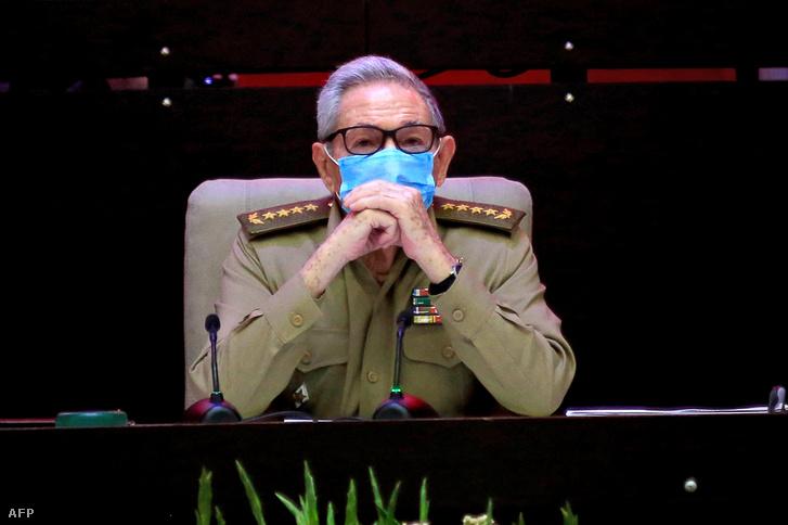 Raul Castro, a Kommunista Párt kubai első titkára, részt vesz a kubai Kommunista Párt 8. kongresszusának nyitó ülésén a havannai Egyezmény Palotájában 2021. április 16-án