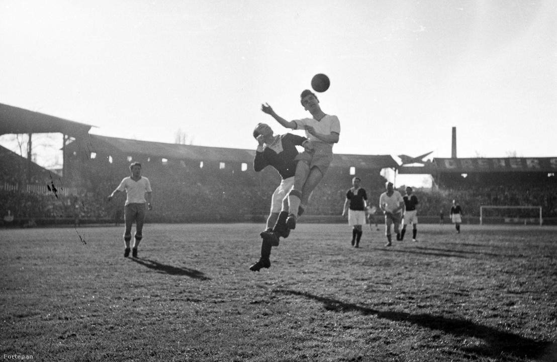 Üllői út, FTC-pálya, Ferencváros–Goldberger (2:0) mérkőzés. Kocsis fejel, távolabb Budai II (1949)