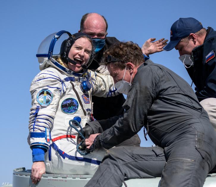 A NASA űrhajósa, Kate Rubinst segítik ki a Szojuz MSZ-17 űrhajóból percekkel azután, hogy leszálltak Bajkonurban április 17-én.