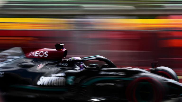 Extrém szoros időmérő után Lewis Hamilton a pole-ban!
