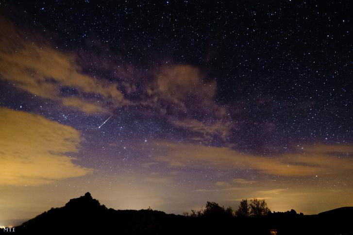 Egy meteor ég el a légkörben Salgó vára felett Salgóbánya közelében. Az egyik legrégebben ismert meteorraj a Lyridák