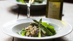 Spárgás rizottó fehérborral és parmezánnal – elegáns vega vacsora lesz belőle