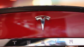 Fának csapódott az önvezető Tesla, két ember meghalt
