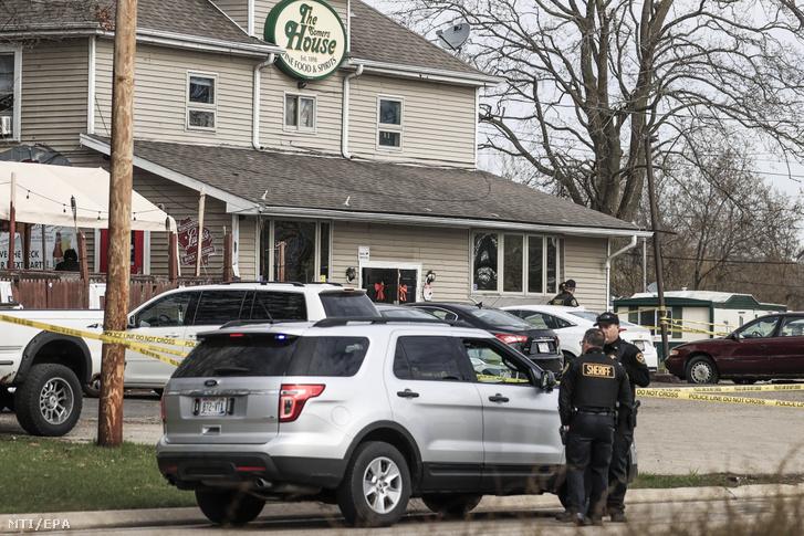 Rendőrök a Somers House bár előtt, ahol egy fegyveres férfi három embert agyonlőtt, két másikat pedig megsebesített a Wisconsin állambeli Kenoshában 2021. április 18-án