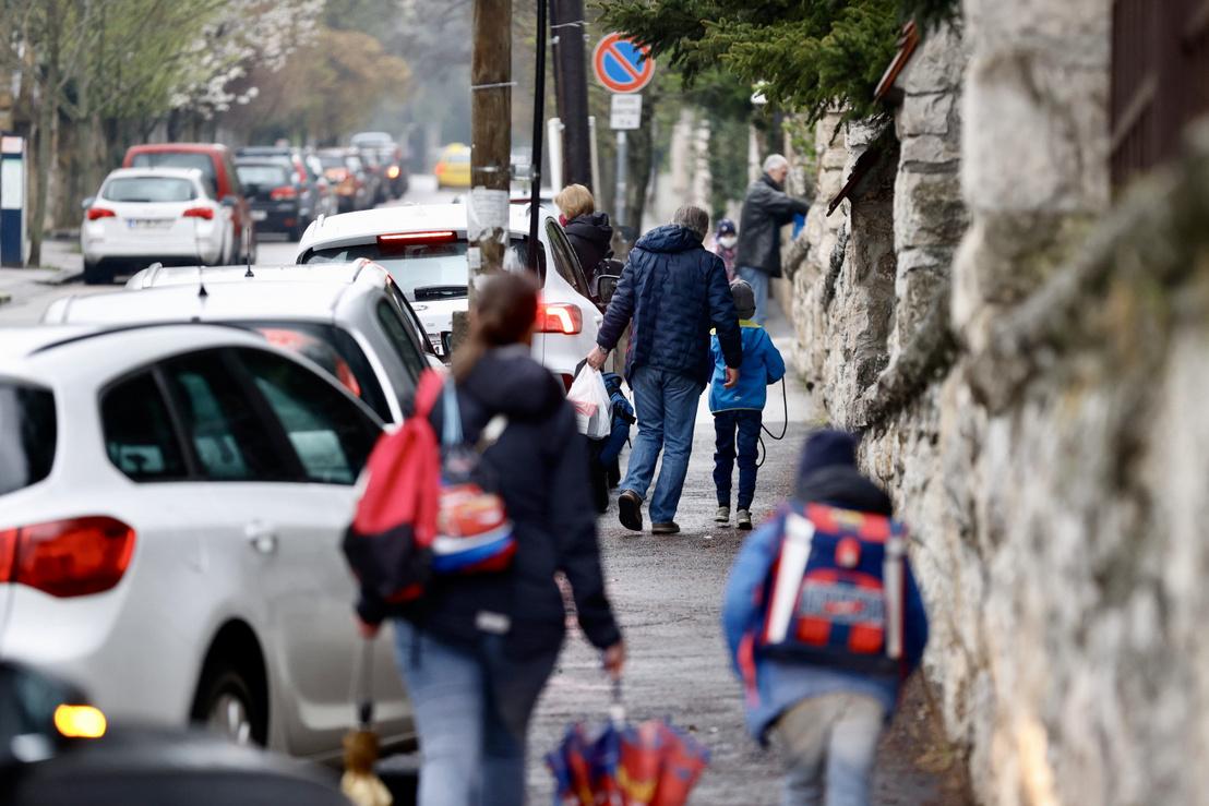 Az Áldás Utcai Általános Iskolába tartó gyerekek 2021. április 19-én