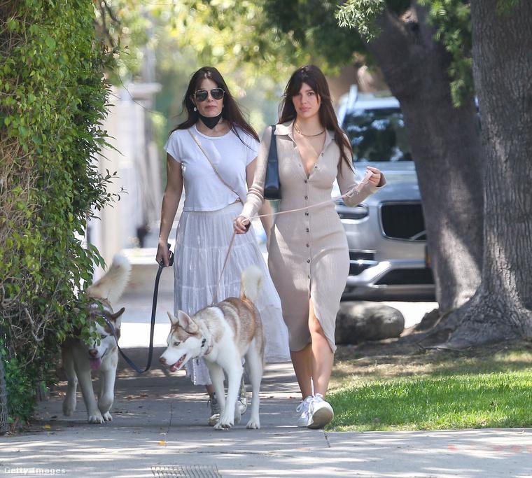 Leonardo DiCaprio barátnőjéről beszélünk: a 23 éves argentin-amerikai színésznőt Los Angelesben örökítették meg, amint az édesanyjával sétáltatták a kutyáikat