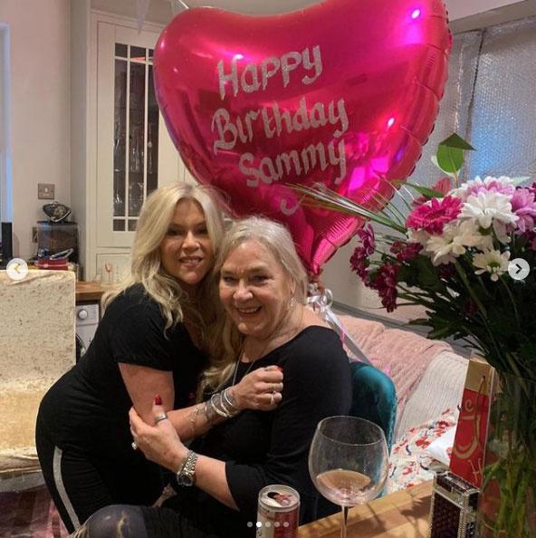Samantha Fox édesanyjával pózolt a születésnapján, az énekesnő csak úgy ragyog ezen a képen.