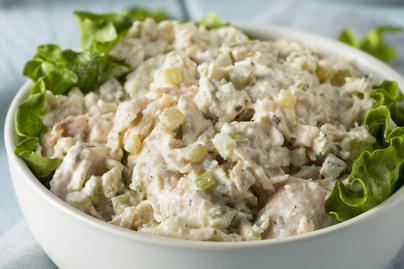 Egyszerű csirkesaláta majonézzel dúsítva – Könnyed ebéd vagy laktató szendvics alapja is lehet