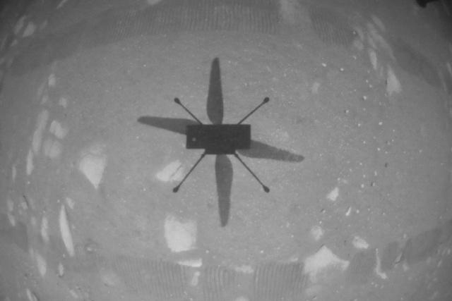 Az Ingenuity árnyéka fedélzeti kamerája képén