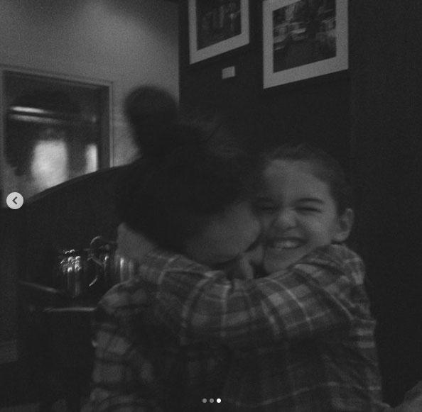Katie Holmes és Suri Cruise kockás ingben ölelkeztek össze. A 15 éves lány le sem tagadhatná édesanyját, de híres apjára is hasonlít.