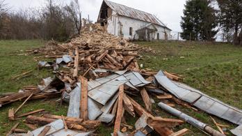 Leomlott egy református templom tornya