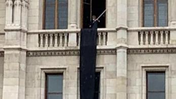 Kitűzte a fekete zászlót az Országházra a DK