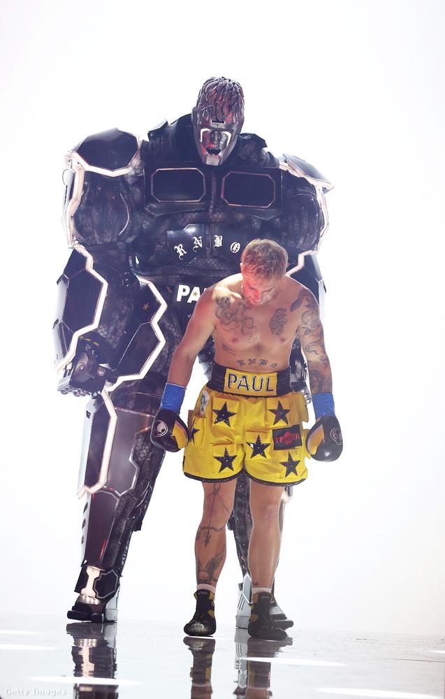 Egy nagy robot kísérte Pault.