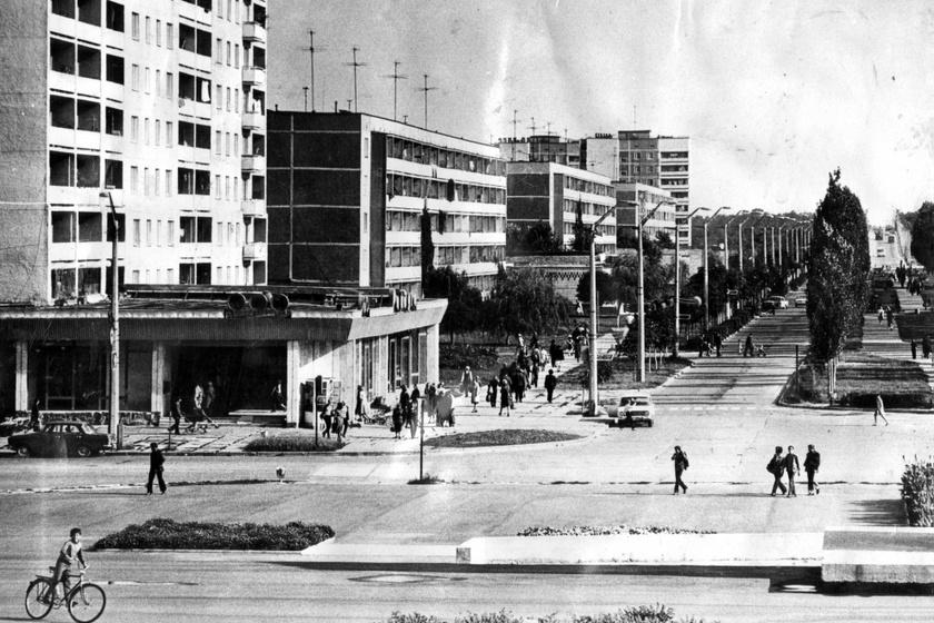 A fő sugárút Pripjatyban a Lenina Prospekt volt. A bal oldalon látható a Raduga áruház, aminek emeletén a csernobili erőmű vezető munkatársai közül sokan laktak nagy, többszobás lakásokban.