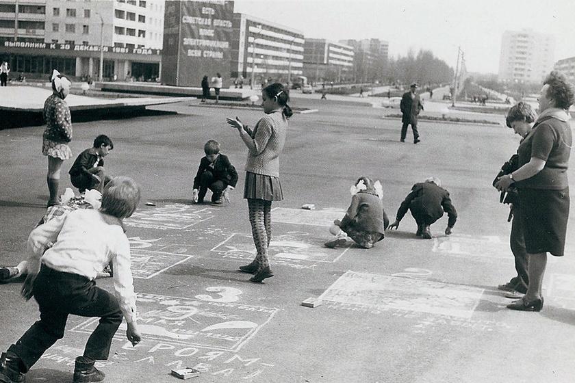 Gyerekek játszanak a hatalmas panelházak között. A robbanás utáni délelőtt is hasonlóan telt a mit sem sejtő lakók számára.