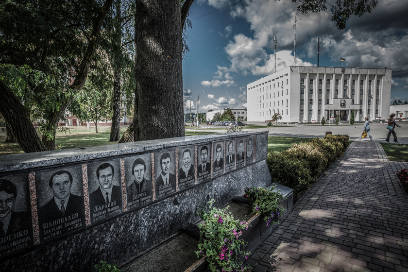 Emlékmű az atomkatasztrófában elhunytak előtt Szlavuticsban.