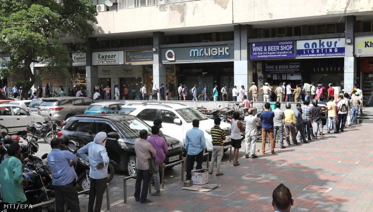 Italobolt előtt sorakoznak emberek Újdelhiben 2021. április 19-én. Estétől kezdve egyhetes vesztegzár lép életbe India fővárosában