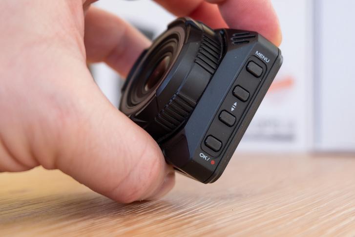 A szokásos négy gomb: Menü, le-fel-OK/rec. Az összes kínai eredetű dashcam ezt kapja gyakorlatilag