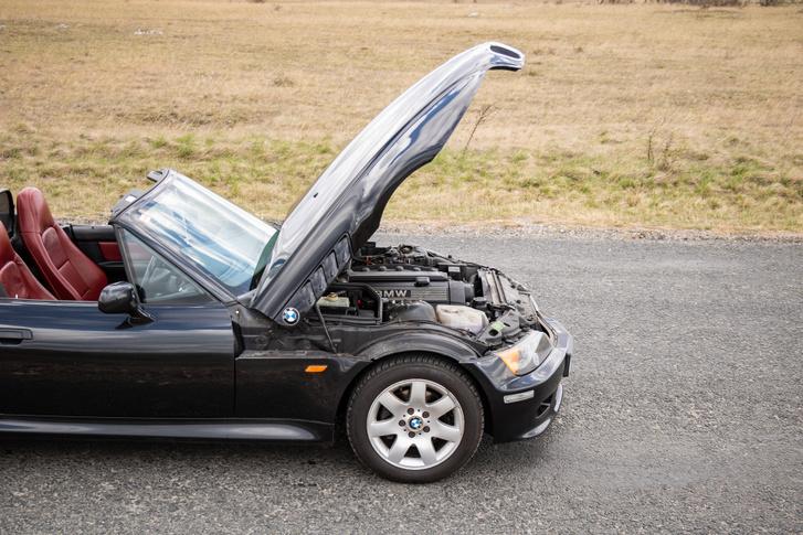 Jól látszik, hogy a motor alig lóg túl az első tengelyen - a kocsi egyensúlya remek