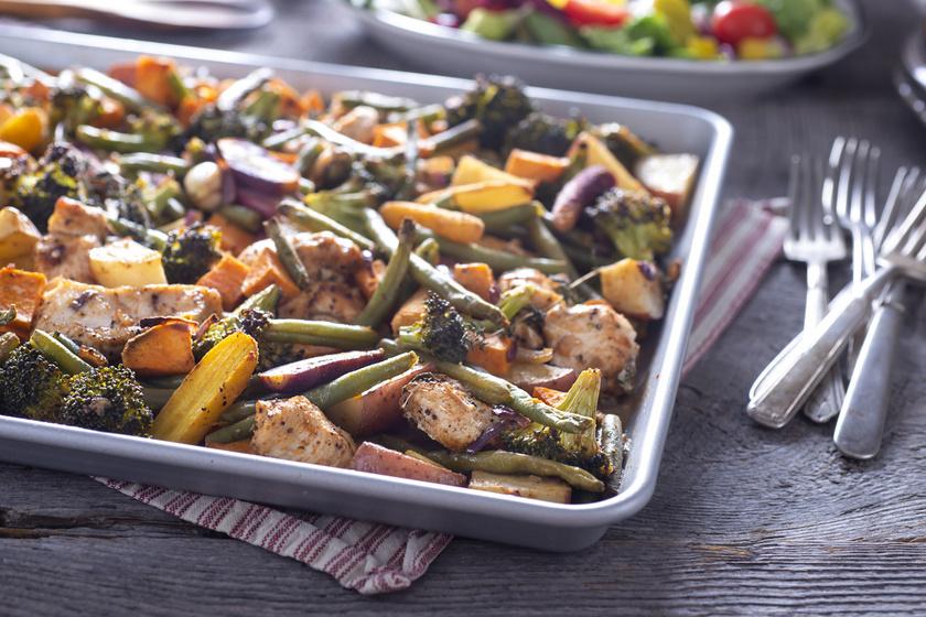 Az egyszerűség jegyében készül a színes zöldségekkel sült csirkemell. Villámgyorsan összeállítod, és a hússal egy tepsiben elkészül a köret is. A fogyókúrázók is megehetik, mégis tartalmas fogás.