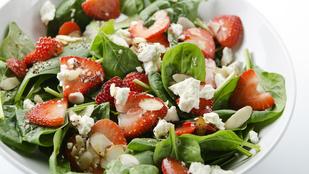 Salátákban is működik az eper, nálunk aromás rukkolával és mézes-rózsaborsos öntettel került a tányérra