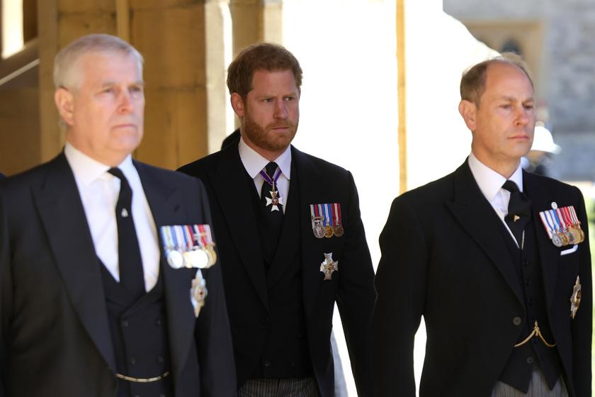 A kép bal oldalán látható András herceg volt az egyik legbarátságosabb Harryvel, míg a fotó szélén álló Edward wessexi gróf tudomást sem vett Diana fiáról.