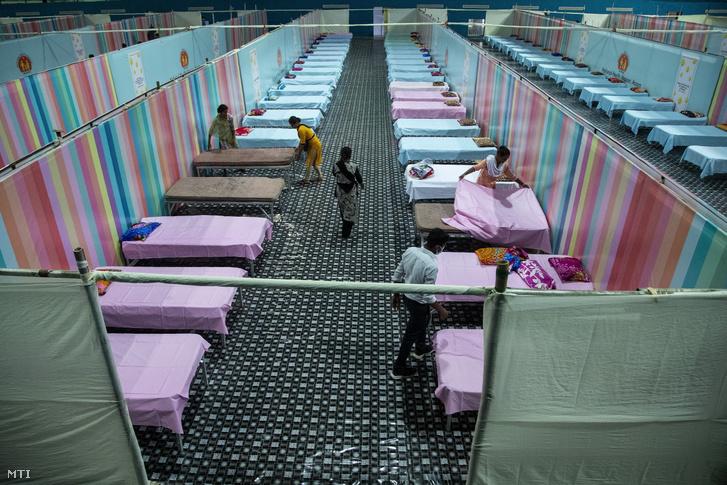 Az új koronavírus betegeinek ápolására alakítanak ki szükségkórházat az indiai Asszám államban fekvő Gauháti egyik sportcsarnokában 2021. április 19-én. A koronavírussal igazoltan fertőzöttek száma több mint 15 millió Indiában, a második legmagasabb a világon az Egyesült Államok után