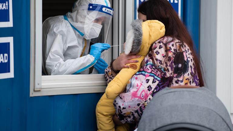 Szlovákia: tartósan kétezer alatt a kórházban ápolt fertőzöttek száma