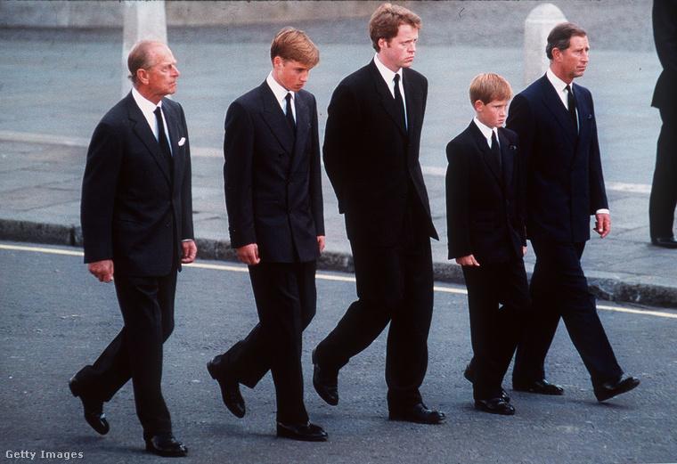 Fülöp herceg, Vilmos herceg, Charles Spencer (Diana hercegné testvére), Harry herceg és Károly herceg Diana temetésén, 1997-ben.