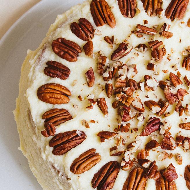 Gyönyörű banános-diós torta: az amerikai kedvencet krémsajtos bevonat borítja