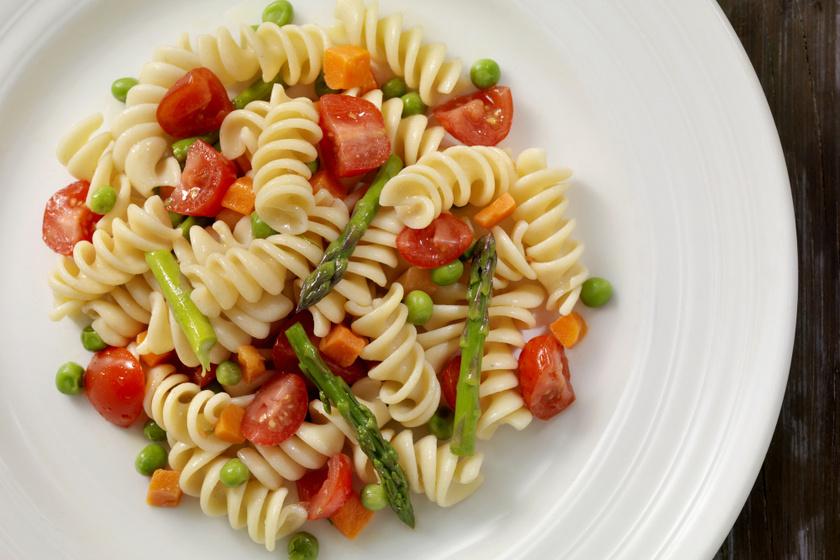 Tavaszi tésztasaláta sok finom zöldséggel: az öntet is házi