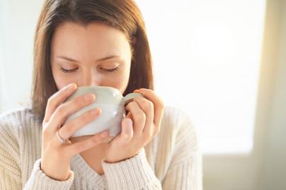 nő teázik