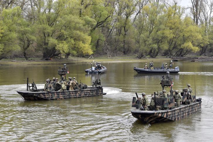 Amerikai SOC-R hajók úsznak a Dunán a Black Swan 21 elnevezésű nemzetközi különleges műveleti gyakorlaton a MH Hadikikötőből 2021. április 20.-án