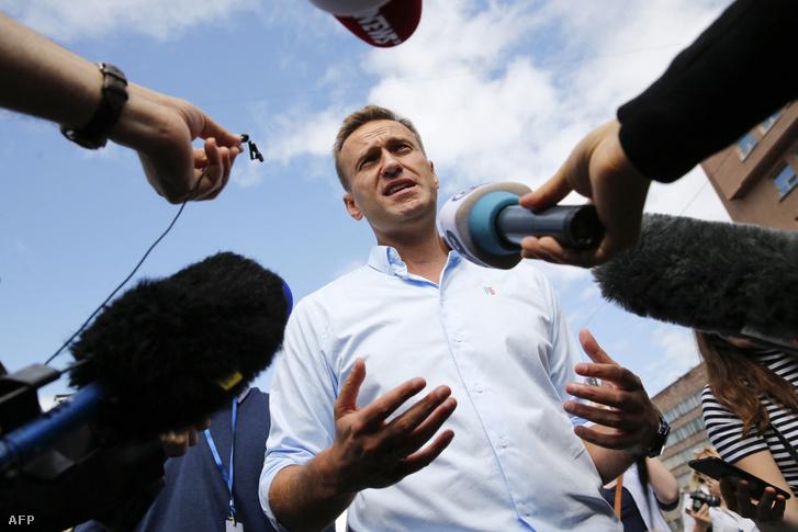 Alekszej Navalnij orosz ellenzéki vezető beszél az újságírókkal az ellenzéki és független jelöltek támogatása érdekében tartott tüntetésen, miután a hatóságok megtagadták a regisztrációt a moszkvai városi duma szeptemberi választásaira 2019. július 20-án