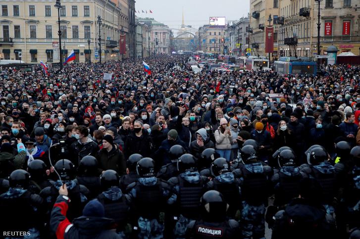 Navalnij támogatói tüntetnek Szentpéterváron 2021. április 20.-án