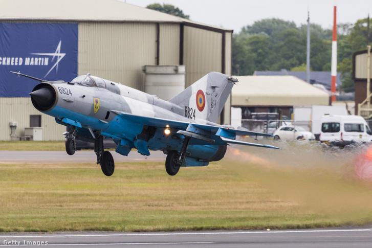 A román légierő egy MIG-21 Lancer vadászgépe felszállás közben