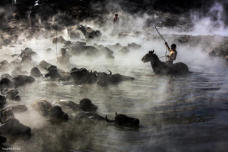 Nagyban hozzájárul a fotók attraktivitásához, hogy a termálvízből felszálló gőz misztikus aurát kölcsönöz a jelenetnek.