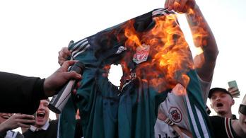 Tüntetnek a szurkolók, ég a Liverpool-mez az Anfield mellett