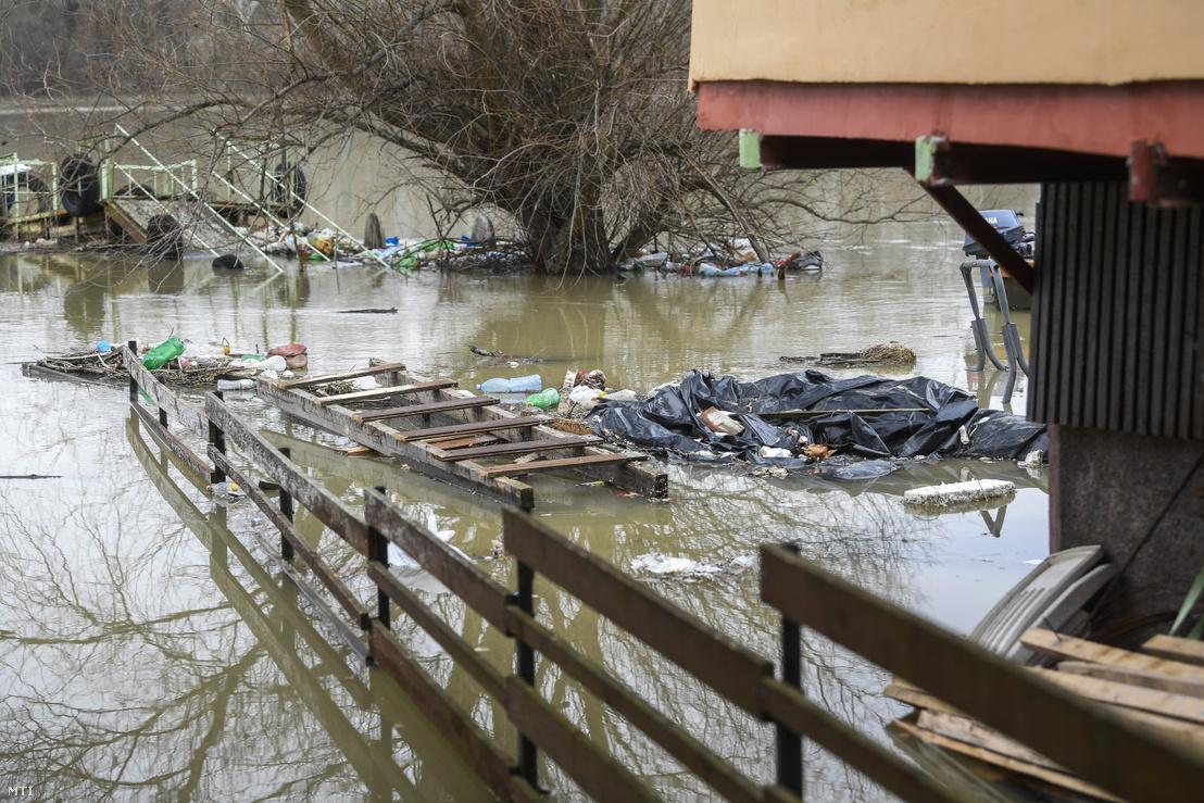 Az áradó Tisza miatt összegyűlt hulladék a tiszacsegei üdülőtelepnél 2021. február 17-én