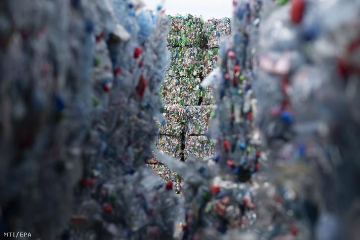 Bálákba préselt műanyag palackok a Poly Recycling hulladékfeldolgozó cég újonnan átadott telephelyén a svájci Biltenben 2019. április 3-án