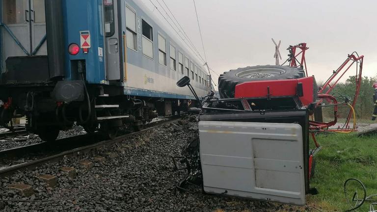 Súlyos baleset Újfehértónál, két vonattal ütközött egy traktor