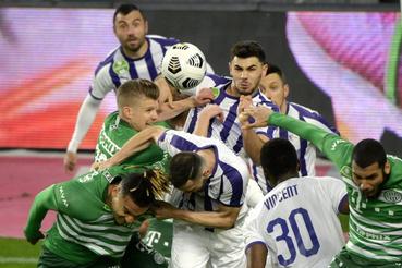 A ferencvárosi Sigér Dávid (középen b) és az újpesti Lirim Kastrati (középen j) a labdarúgó OTP Bank Liga 30. fordulójában játszott Ferencvárosi TC - Újpest FC mérkőzésen a Groupama Arénában 2021. április 20-án