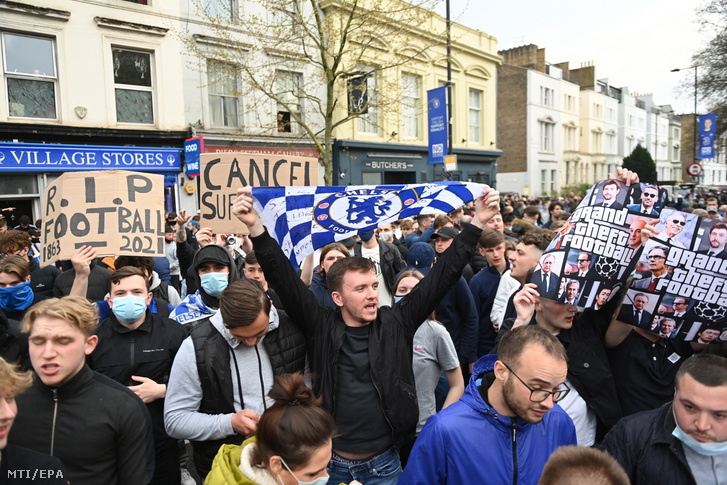Így tüntetek a Chelsea-drukkerek a stadion előtt