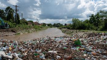 Rengeteg PET-palack érkezik a Tiszán és a Szamoson